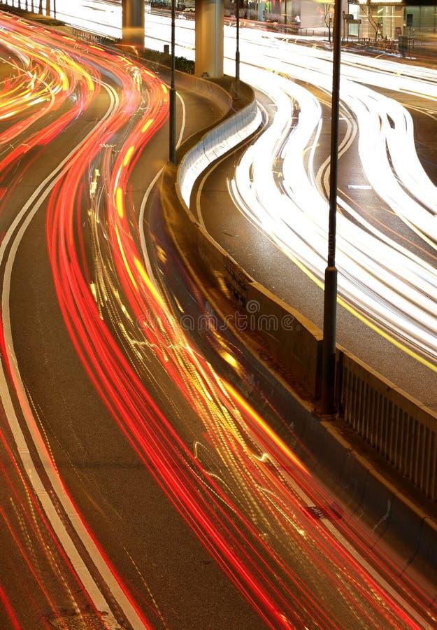 Flussi di traffico di città di notte fotografia stock