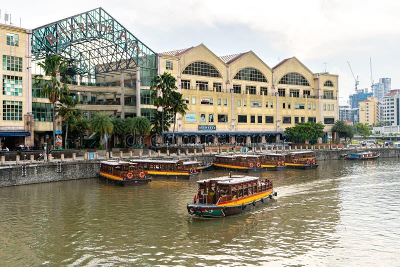 Flusskreuzfahrten segeln in den Singapur-Fluss entlang beiden Bank von Clarke Quay, Singapur stockfoto