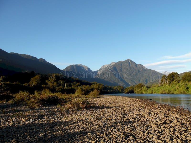 Flusslandschaft 'Puelo Chico ' lizenzfreie stockfotos