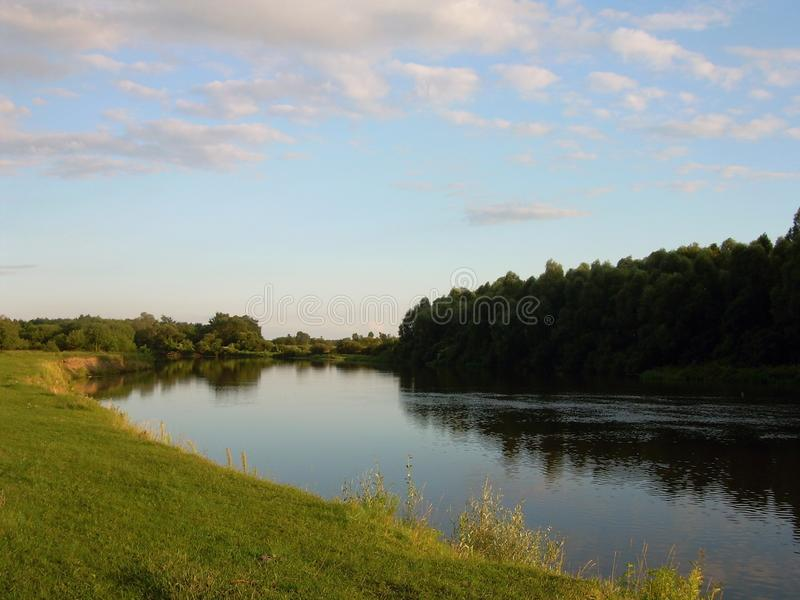 Flusslandschaft in der Dämmerung des Tages stockfotos