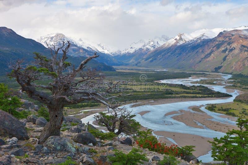 Flusslandschaft dreht sich nahe dem chalten, Argentinien lizenzfreies stockbild
