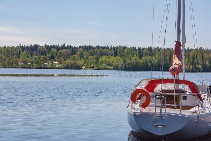 Flusslandschaft mit Yachten Festgemachte Yacht gegen Waldyacht im Fluss lizenzfreies stockbild