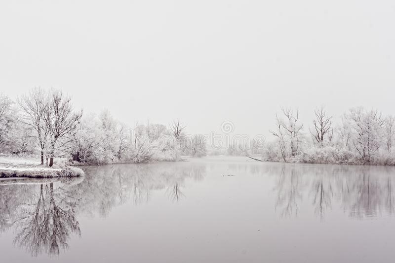 Flusslandschaftsuferbereichs-Winteridylle lizenzfreies stockfoto