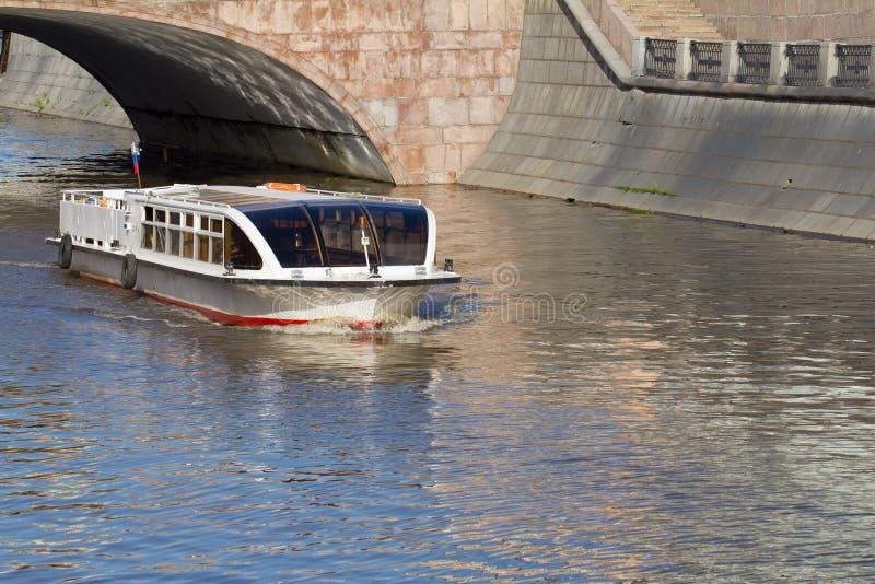 Flussmotorschiff auf Moskau-Fluss nahe Kathedrale von Christus der Sa stockfotografie