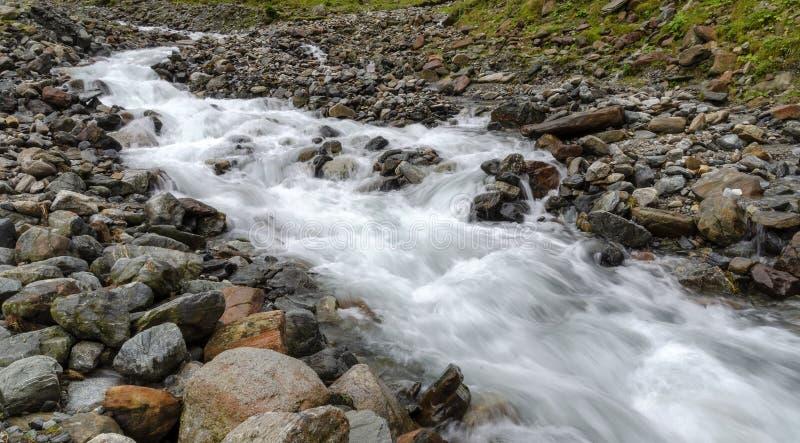 Flusso continuo del ruscello della montagna fotografie stock