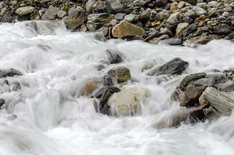 Flusso continuo del ruscello della montagna immagini stock libere da diritti