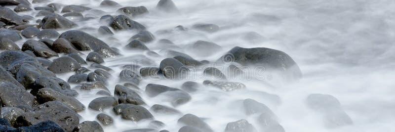 Flusso continuo dell'acqua sulla spiaggia fotografia stock libera da diritti