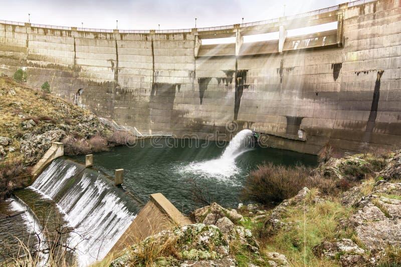 Flusso del regolamento di un bacino idrico in un periodo di siccità fotografie stock libere da diritti