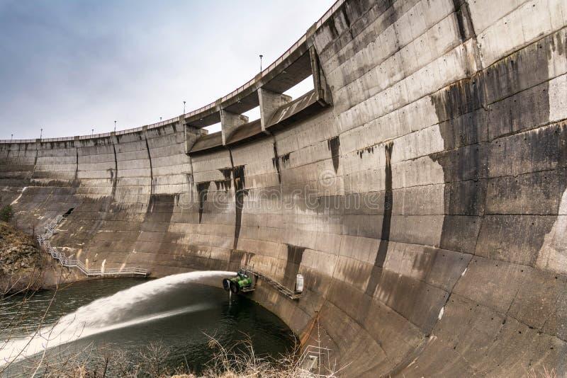 Flusso del regolamento di un bacino idrico in un periodo di siccità immagini stock