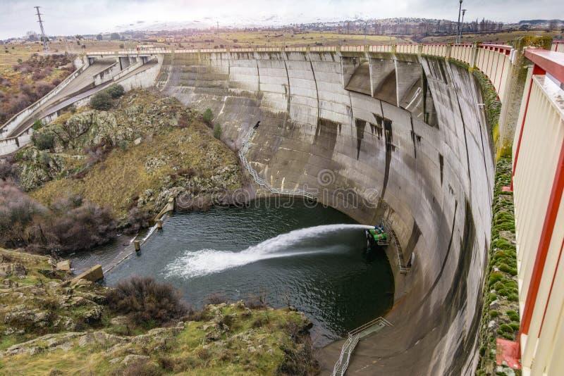 Flusso del regolamento di un bacino idrico in un periodo di siccità fotografia stock libera da diritti