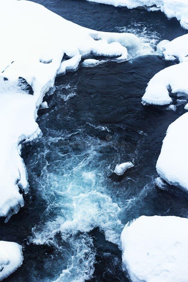 Flusso di acqua in neve immagini stock