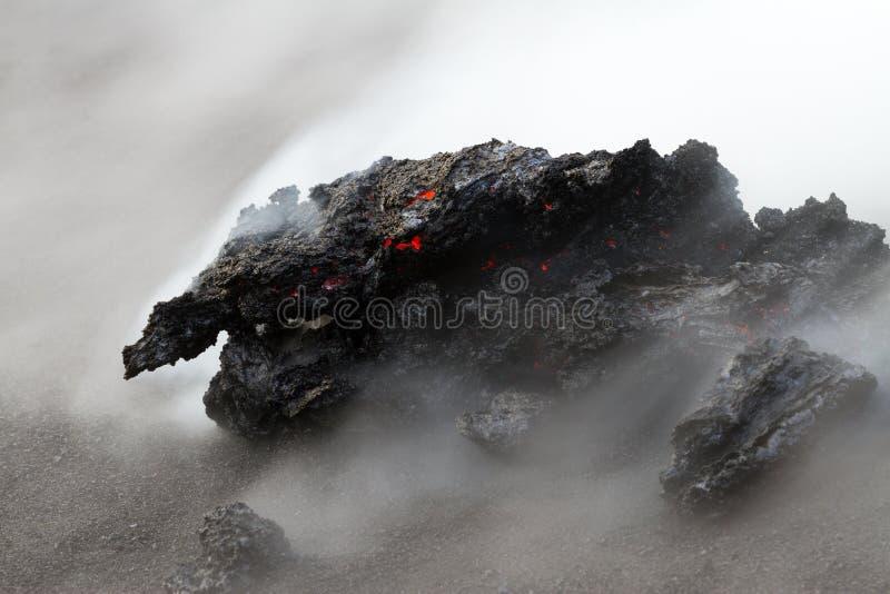 Flusso di lava alla notte immagine stock