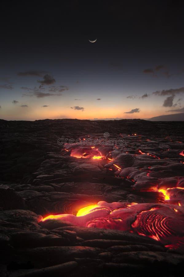Flusso di lava dell'Hawai dopo il tramonto fotografia stock libera da diritti