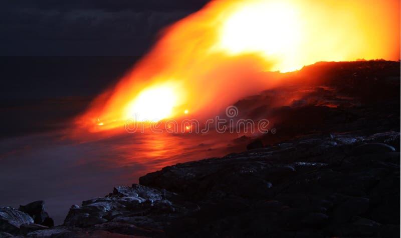 Flusso di lava Hawai entro la notte immagini stock libere da diritti