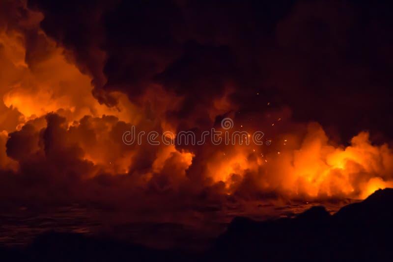 Flusso di lava vulcanico ed eruzione ardente in Hawai fotografie stock libere da diritti