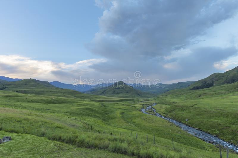 Flusso di torrente montano in valle verde fotografia stock libera da diritti
