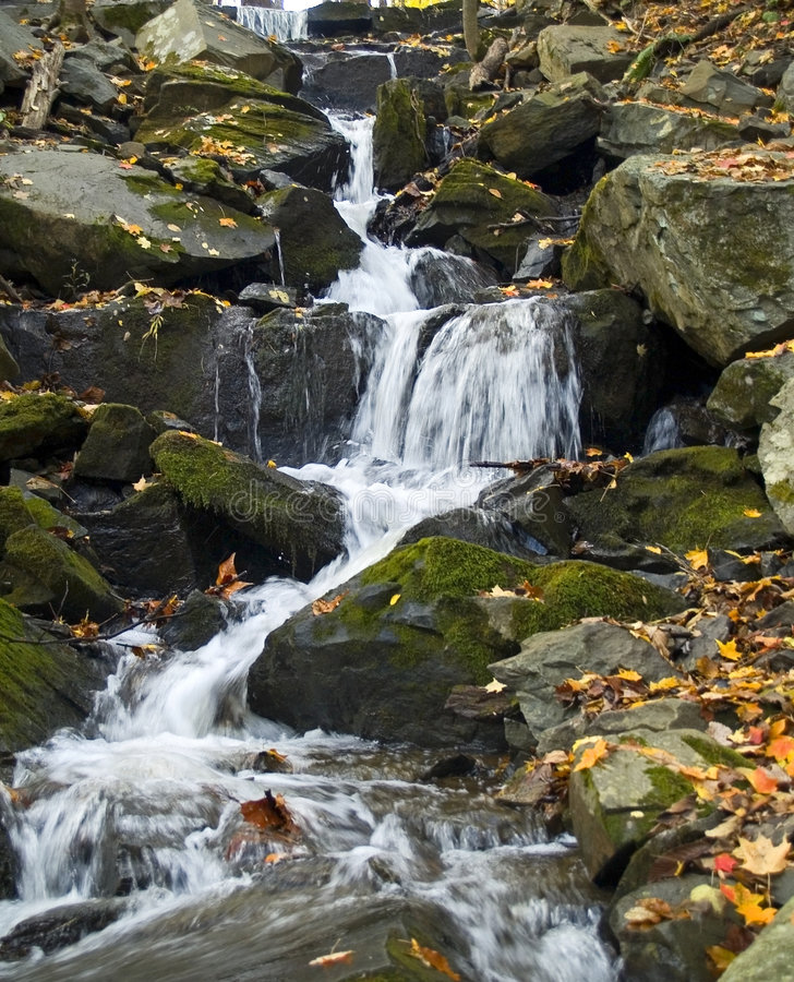 Download Flusso scorrente fotografia stock. Immagine di ruscello - 3882294