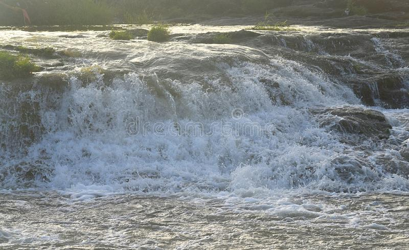 Flusso valido di acqua con luce solare luminosa - inondazione fotografia stock