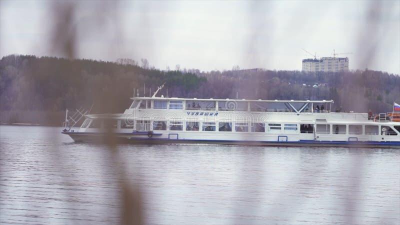Flusspassagierfähren Gesamtl?nge auf Lager Ansicht vom Ufer auf dem Führen Zweigeschoß des einfachen Passagierschiffs Transport v lizenzfreies stockbild