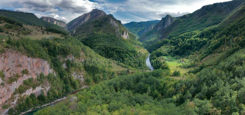 Flussschlucht in den Bergen lizenzfreie stockbilder