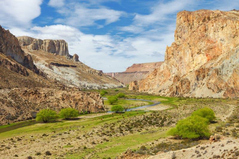 Flussschluchtmalereien, Argentinien lizenzfreie stockbilder