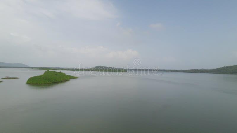 Flussseiten- Landschaft-smalllsland Insel stockfotos