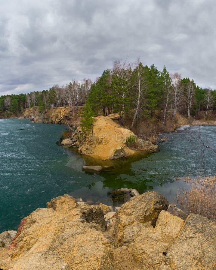 Flusssteine, die aus dem Wasser heraus haften Blauer Steinbruch, Tscheljabinsk stockfotos