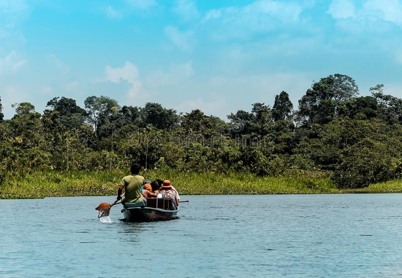 Flussszene im Amazonas von Ecuador mitten in belaubter Vegetation stockbild