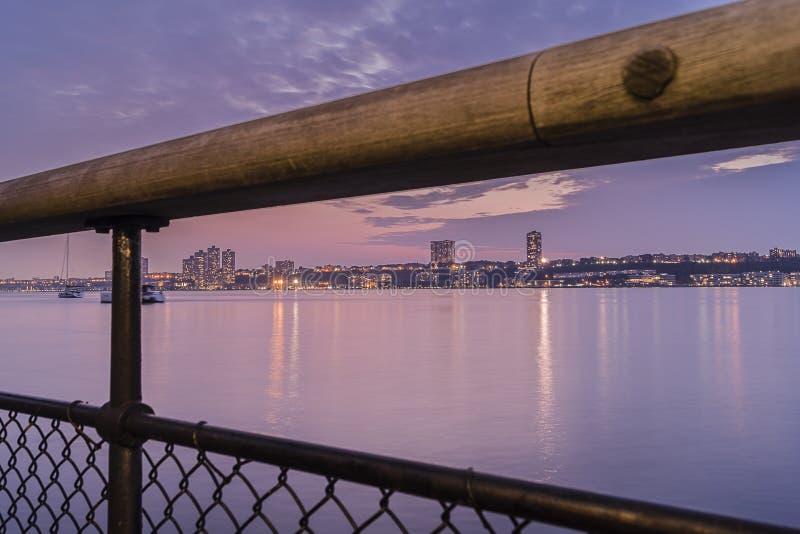 Flussufer-Park stockbild