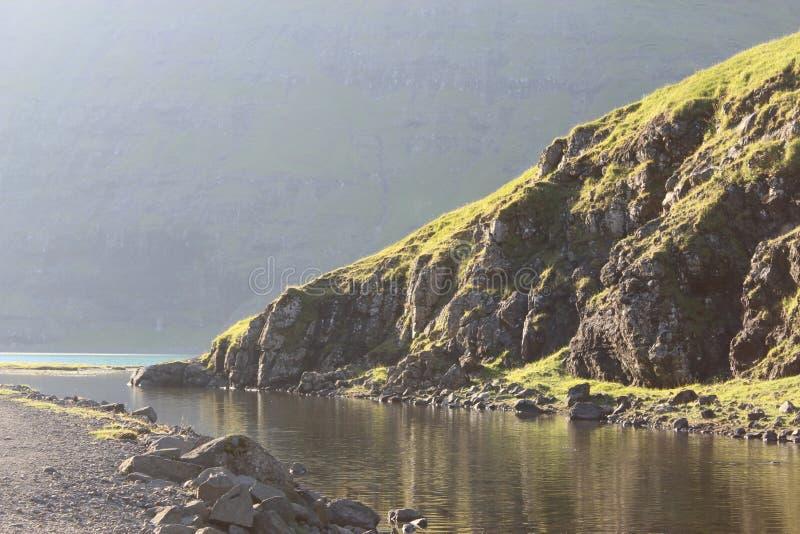 Flussufer, Saksun, Färöer stockfoto
