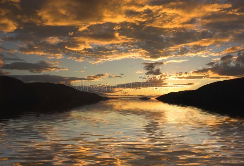 Flussufer-Sonnenuntergang lizenzfreie stockfotografie