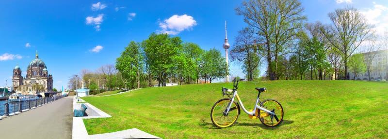Flussufer in zentralem Berlin mit Kathedrale auf dem links, Fahrrad an stockfoto