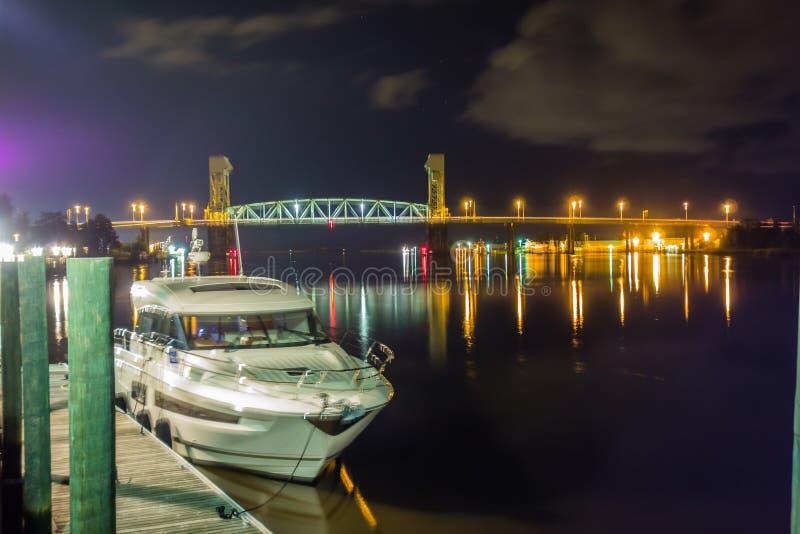 Flussuferbrett-Wegszenen in Wilmington nc nachts stockfotos