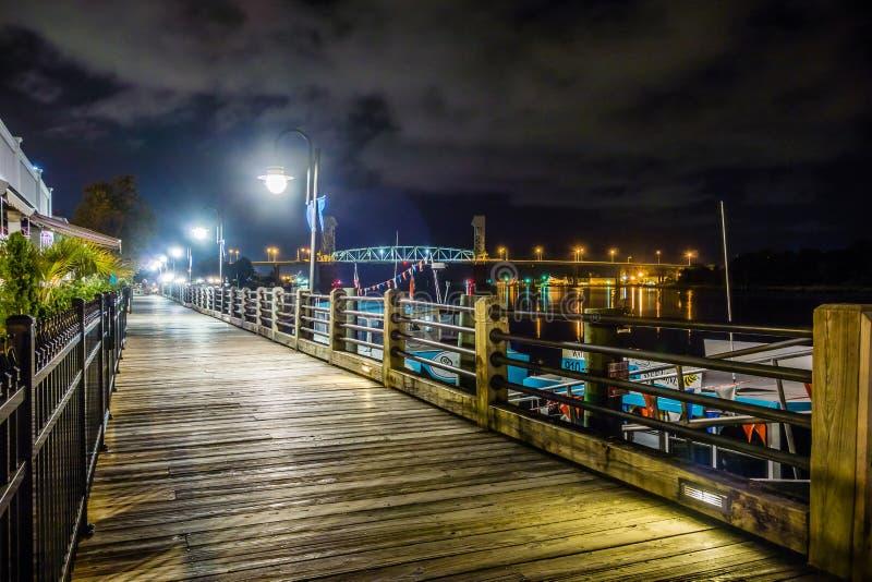 Flussuferbrett-Wegszenen in Wilmington nc nachts stockfotografie