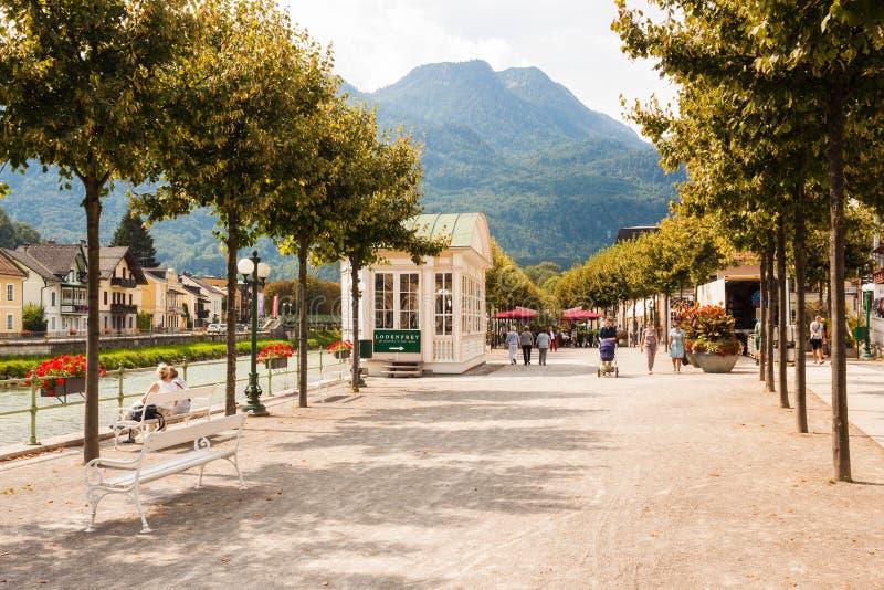 Flussuferesplanade in schlechtem Ischl, Österreich lizenzfreie stockfotografie