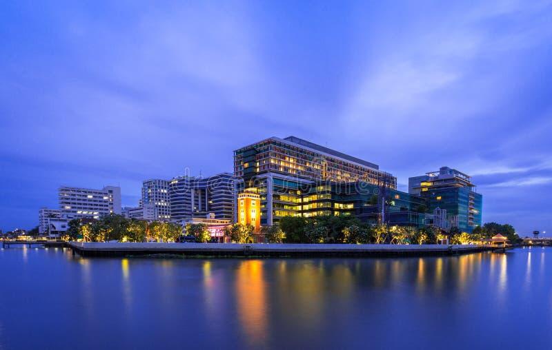 Flussufergebäude lizenzfreies stockbild