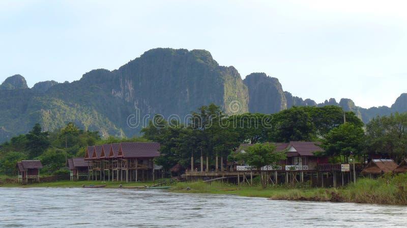 Flussuferlandschaft Vang Vieng stockbilder