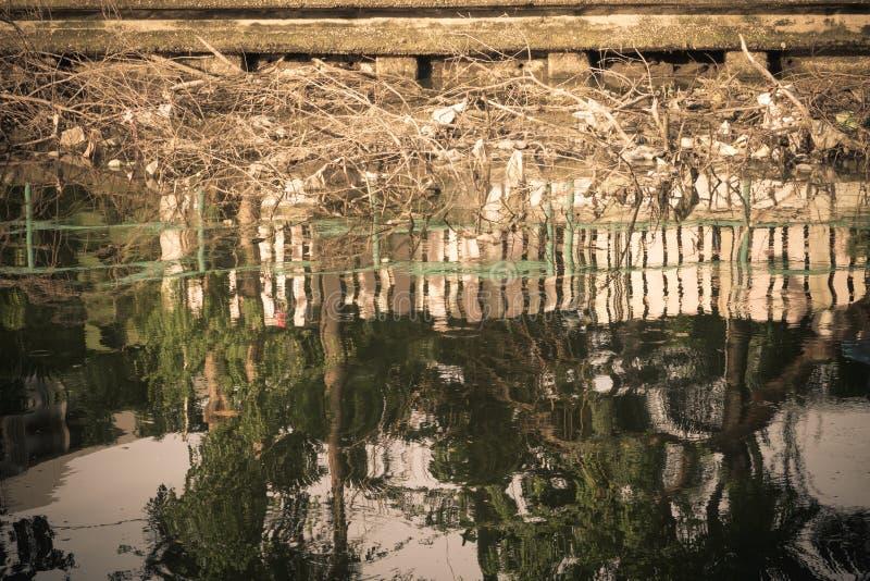 Flussverseuchung und schmutziges lizenzfreie stockfotografie