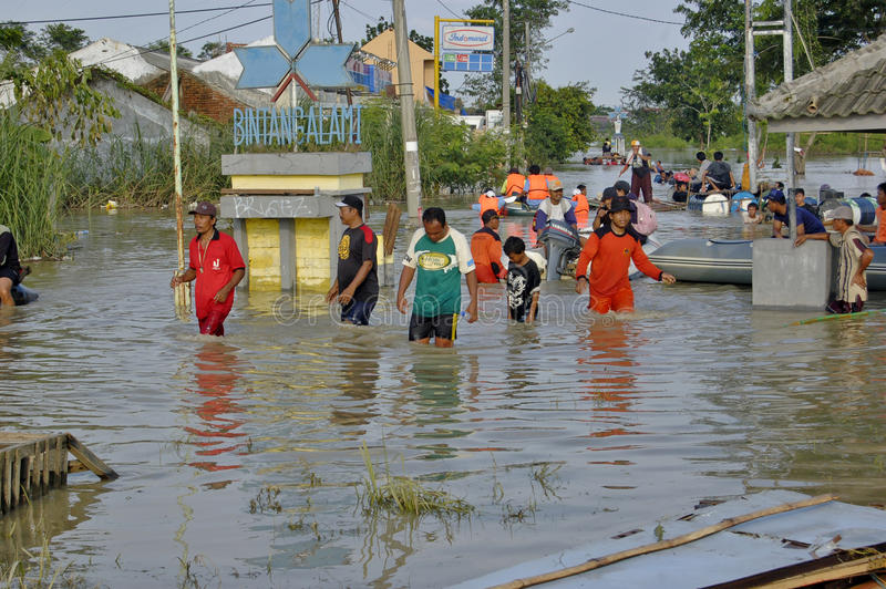 Flut in Karawang stockfotos