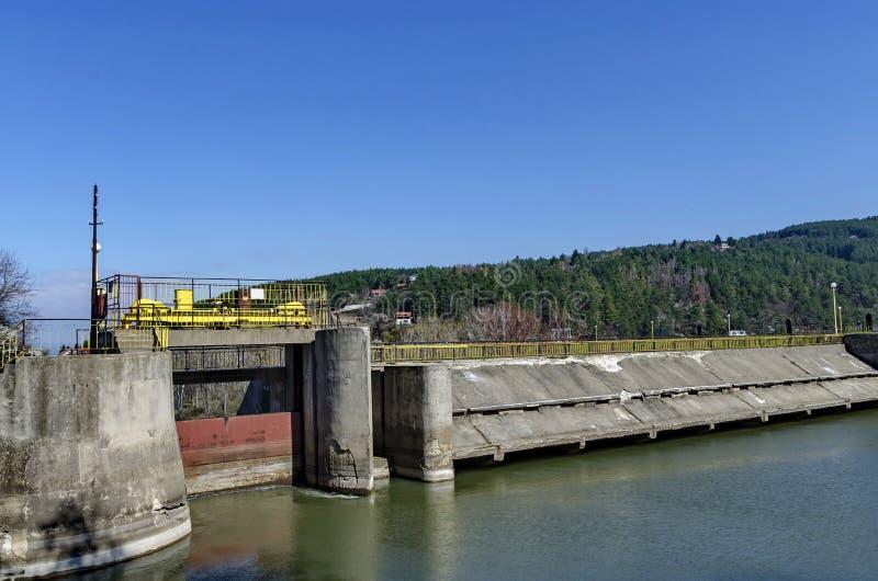 Flut und Schleuse malerische Verdammung, Versammlungswasser von Iskar-Fluss stockbilder