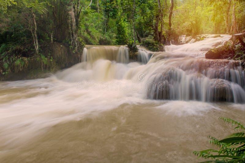 Flutartige Überschwemmung im Wasserfall an Tat Kuang Si Luang-prabang, Laos stockfotografie