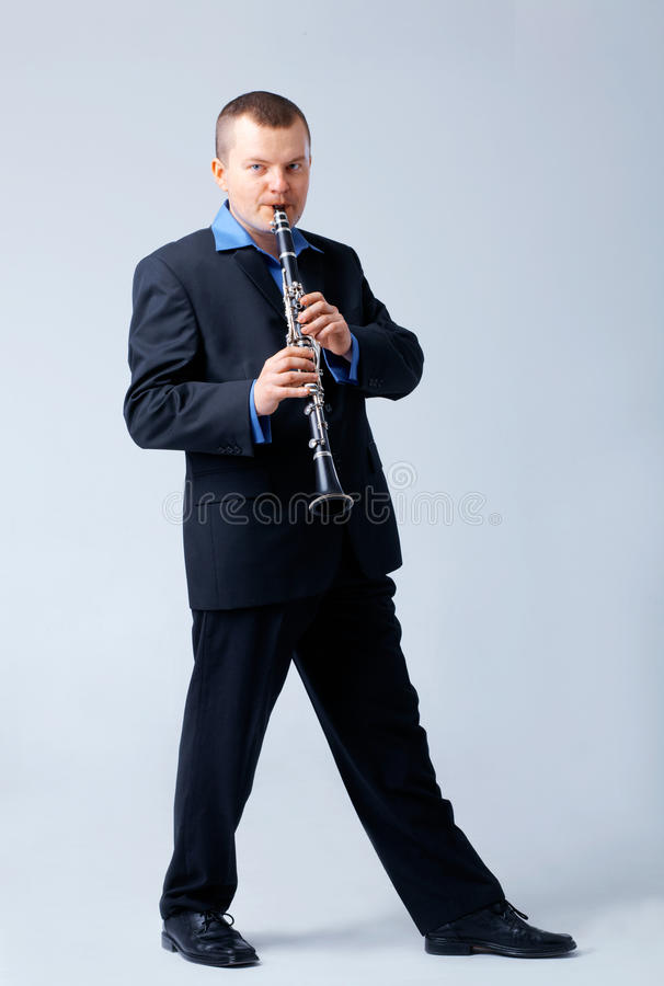 Flutist spielt auf Flöte. lizenzfreies stockfoto