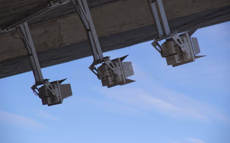 Flutlichter, die gegen den Himmel im Tageslicht beleuchten stockfoto