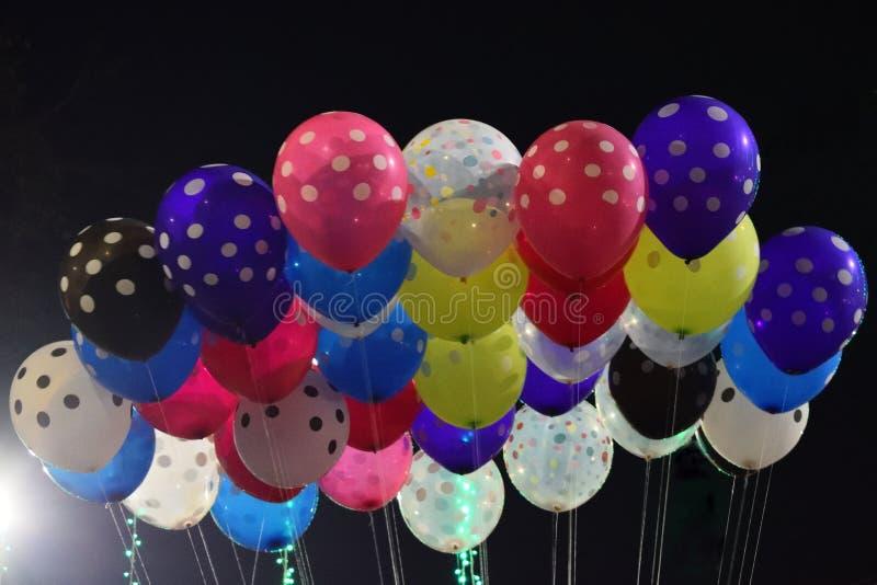 Flutterng coloré de ballons dans le ciel photographie stock libre de droits