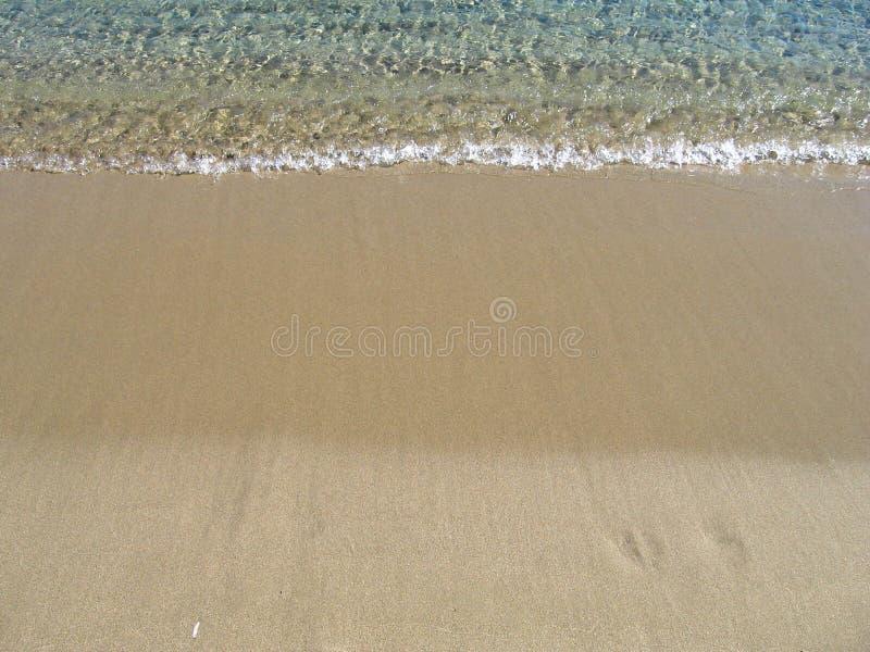 Fluttui su una spiaggia sabbiosa, sulle vacanze di estate fotografie stock