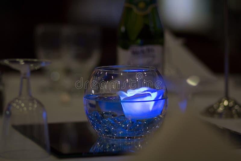 A flutuação azul aumentou reflexão da decoração do casamento imagem de stock royalty free