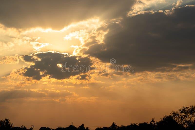 A flutuação cinzenta da nuvem vem cobrir o sol foto de stock