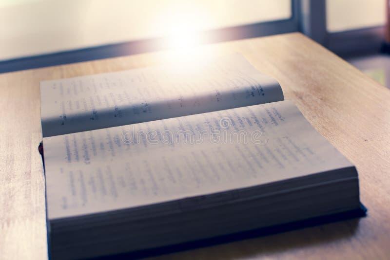 A flutuação clara na Bíblia fotografia de stock