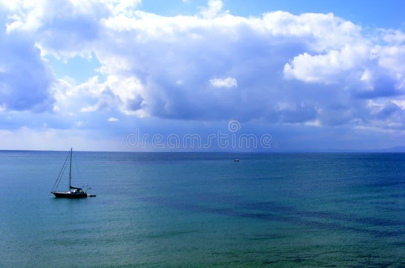 Flutuação do barco de navigação imagens de stock royalty free