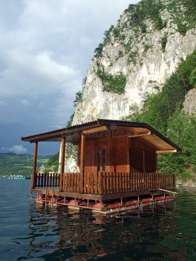 Flutuação home do lazer no lago fotografia de stock royalty free